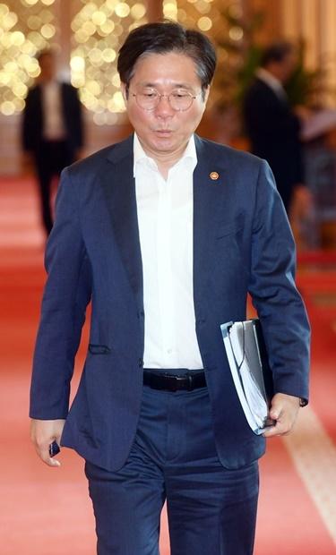 韓国産業通商資源部の成允模長官が2日、青瓦台で開かれた国務会議に出席している。(写真=青瓦台写真記者団)