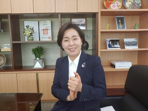 国家公務員人材開発院の梁香子院長が8日に忠清北道鎮川にある同院で日本の素材輸出制限から起きうる半導体市場の影響を説明している。