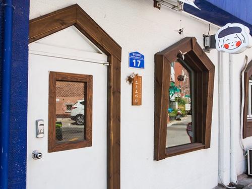 絵本に出てきそうなガーリーな店構えの「ココロカラ」は、日本風のお菓子屋さん。