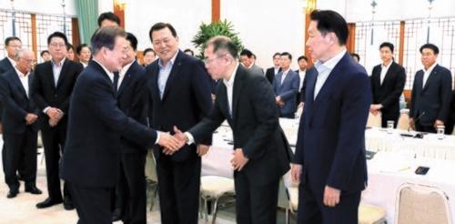 文在寅大統領が10日、韓国大企業30社のトップおよびCEOと青瓦台で日本の輸出規制措置に関連した対策を話し合った。文大統領がSKの崔泰源(チェ・テウォン)会長、現代自動車の鄭義宣(チョン・ウィソン)首席副会長、ロッテのファン・ガッキュ副会長(前列右から)と挨拶している。(写真=青瓦台写真記者団)