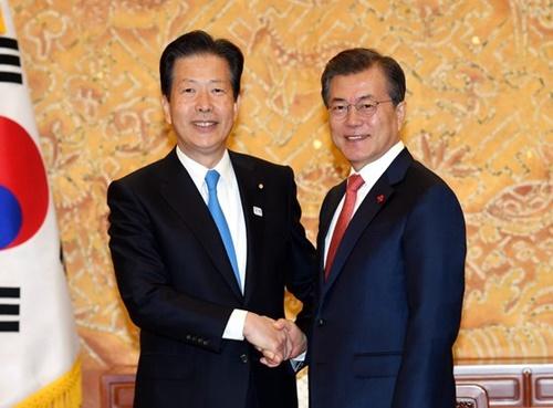 韓国の文在寅大統領(右)が2017年11月、青瓦台で公明党の山口那津男代表(左)と会って握手をしている。(写真=青瓦台写真記者団)