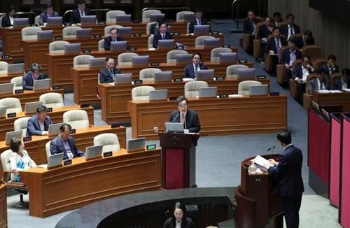 李洛淵(イ・ナギョン)首相(下)が10日午後、国会本会議場で開かれた経済分野の対政府質問で金起善(キム・ギソン)議員の質問に答えている。