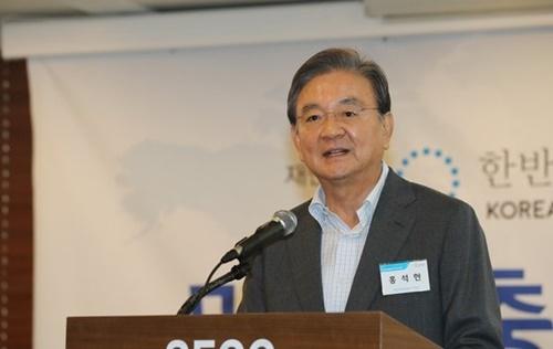 財団法人「韓半島平和作り」が主催した2019例年学術会議が「米中衝突と韓国の選択」という主題で11日、ソウル中区プレスセンターで開かれた。この日、洪錫ヒョン理事長が歓迎の挨拶を述べている。
