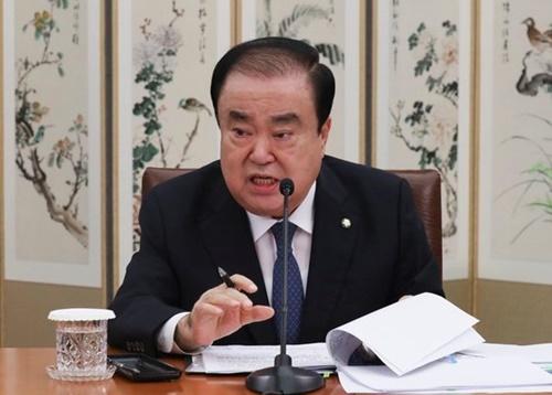 文喜相国会議長が12日、国会で開かれた就任1周年記者懇談会で記者の質問に答えている。