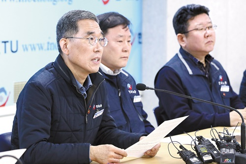 キム・ジュヨン韓国労総委員長(左)