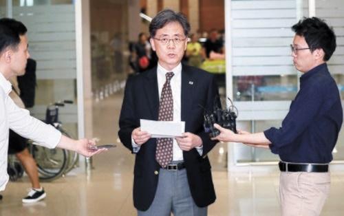 3泊4日間の訪米から帰国した韓国の金鉉宗・青瓦台国家安保室第2次長が14日午後、仁川(インチョン)国際空港で事前に準備した原稿を読み上げている。