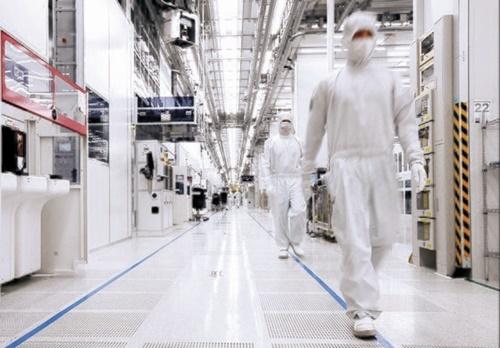 サムスン電子華城事業所の半導体15ライン内部全景。同社は「すぐに工場は止まらない」と説明した。(写真=サムスン電子)