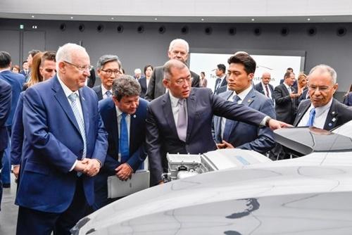 15日午後、京畿道華城市の現代・起亜自動車技術研究所で、現代自動車グループの鄭義宣(チョン・ウィソン)首席副会長(真ん中)がイスラエルのリブリン大統領(前列左)にネクソ節操差に対して説明している。