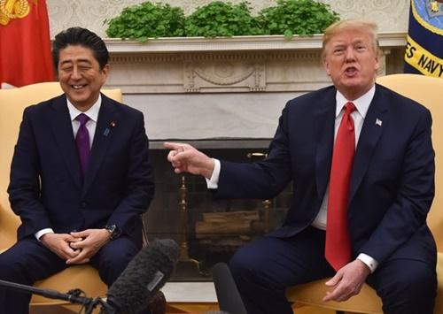 安倍晋三首相(左)とドナルド・トランプ米国大統領