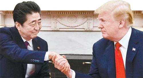 昨年6月、ホワイトハウスで会った安倍晋三首相(左)とドナルド・トランプ米国大統領、[中央フォト]