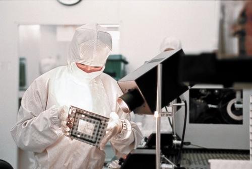 サムスン電子が日本の半導体材料の輸出規制強化に対応するために代替製のテストに着手したと伝えられた。[中央フォト]