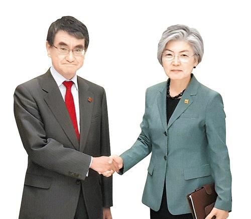 河野外相と康京和(カン・ギョンファ)外交部長官[中央フォト]