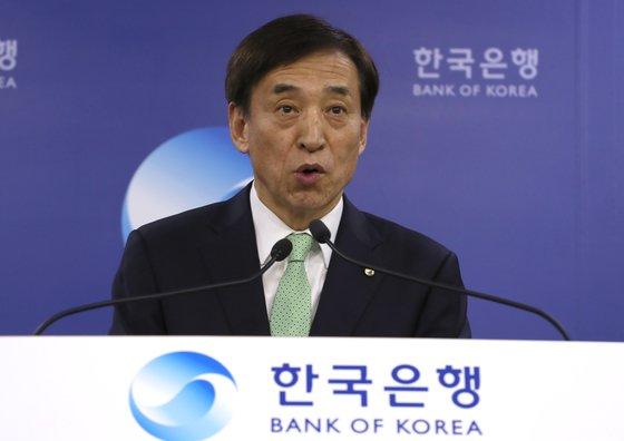 韓国銀行の李柱烈総裁が4月の金融通貨委員会直後に開かれた記者懇談会で金利据え置き決定の背景を説明している。(写真=中央フォト)