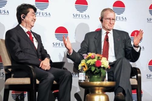 安倍首相(左)が2015年4月、笹川平和財団(SPF)米国支部が主催した年次フォーラムに出席し、ブレアSPF米国支部理事長と対談している。[写真 SPF米国支部]