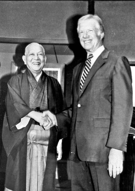 笹川良一SPF理事長(左)とジミー・カーター元米大統領。SPFは2000年、アフリカ営農改善事業を展開し、米カーター財団を後援した。[中央フォト]