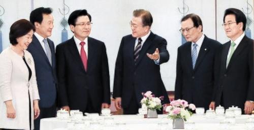 文在寅大統領と与野党5党代表が18日、青瓦台で会合し「日本の輸出規制措置は自由貿易の秩序に反する不当な経済報復」とし、「日本は経済報復措置を直ちに撤回しなければならない」という立場を明らかにした。左から正義党の沈相ジョン代表、正しい未来党の孫鶴圭(ソン・ハッキュ)代表、自由韓国党の黄教安代表、文大統領、共に民主党の李海チャン(イ・へチャン)代表、民主平和党の鄭東泳(チョン・ドンヨン)代表。[写真 青瓦台写真団]