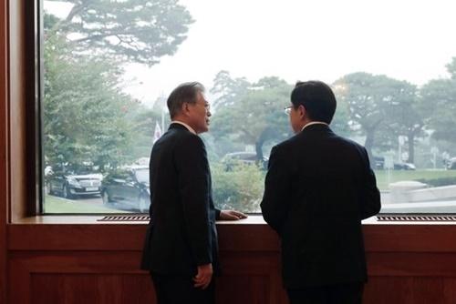 韓国の文在寅大統領と野党「自由韓国党」の黄教安代表が18日、青瓦台会合後、窓際で話をしている。青瓦台と与野党5党の報道官はこの日夜、春秋館で「(日本の措置は)韓日両国の友好的関係を損なう措置ということで政府と与野党は認識を一致させた」という共同発表文を公開した。[写真 青瓦台写真記者団]