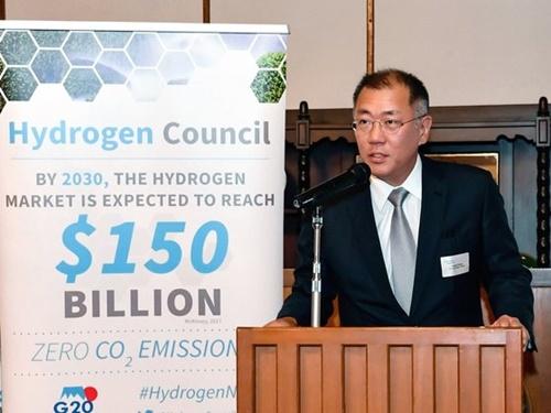 現代自動車グループの鄭義宣(チョン・ウィソン)首席副会長が先月日本で開かれた水素委員会夕食会で歓迎の挨拶を述べている様子。[写真 現代自動車グループ]