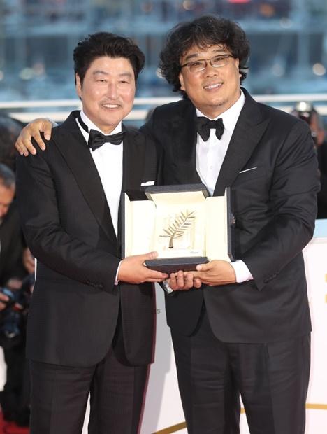 ポン・ジュノ監督と俳優ソン・ガンホが第72回カンヌ国際映画祭でパルムドールを受賞した後、ポーズを取っている。[写真 韓国ニッカンスポーツ]