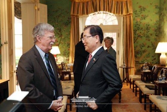 韓国青瓦台の鄭義溶(チョン・ウィヨン)国家安保室長と米国ホワイトハウスのジョン・ボルトン大統領補佐官が4月11日、ホワイトハウス迎賓館で話を交わしている。両氏は23日に会談をする予定だ。[写真 青瓦台フェイスブック]