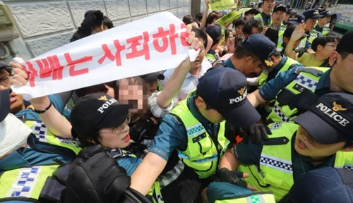 22日午後、釜山東区の日本総領事館に進入してピケデモなどを行った反日釜山青年学生実践団所属の大学生6人が警察に連行されている。ソン・ボングン記者