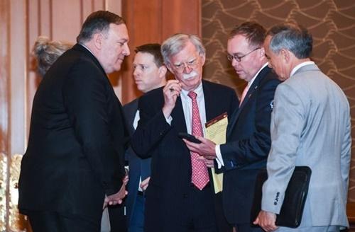 先月30日午前、青瓦台で開かれた韓米首脳に加え両側から4人ずつ出席する「1+4小人数会談」に先立ち、マイク・ポンペオ米国務部長官などが携帯電話を見ながら話をしている。左側からポンペオ氏、ジョン・ボルトン大統領補佐官(国家安全保障担当)、ミック・マルバニー秘書室長代行、ハリー・ハリス駐韓米国大使。[写真 青瓦台写真記者団]