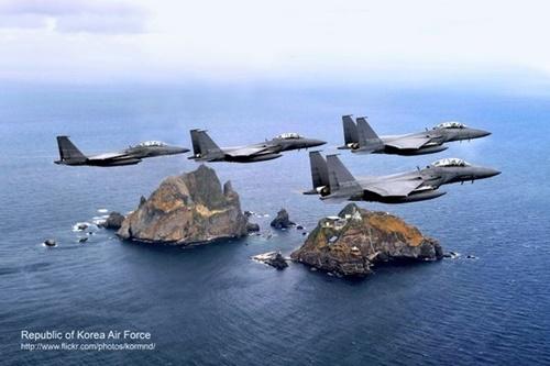 独島上空を飛行中の韓国空軍F-15K編隊[中央フォト]