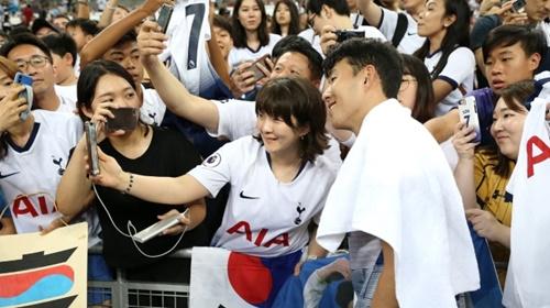 トッテナムのFW孫興民(ソン・フンミン)が21日、シンガポールでユベントスとの対戦を終えた後、ファンの写真撮影に応じている。[トッテナム ツイッター キャプチャー]
