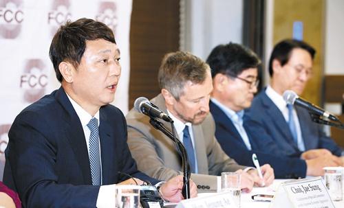 崔宰誠(チェ・ジェソン)共に民主党日本経済侵略対策特別委委員長が25日、外信記者の前で発言している。[中央フォト]