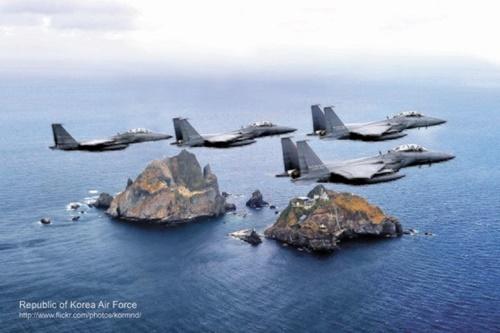 独島上空を飛行中の韓国空軍F-15K編隊。[中央フォト]