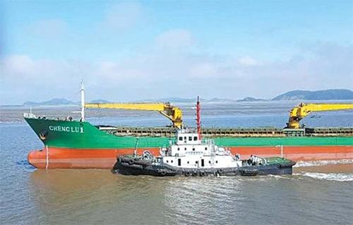 北朝鮮船舶の清流1号が昨年5月16日、中国・丹東東江地域の海上で中国のテンダーボートから油類を密かに受け取る様子。イ・ユンゴル博士が北朝鮮内部の協力者から入手し、情報当局に提供した。[写真 イ・ユンゴル]