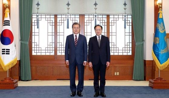 李石培(イ・ソクベ)駐露韓国大使(右)が文在寅(ムン・ジェイン)大統領から信任状を受けた後、記念撮影している。(写真提供=青瓦台]