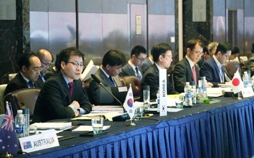 韓国産業通商資源部の呂翰九通商交渉室長(前列左から1人目)が26日(現地時間)、中国鄭州のシェラトンホテルで開かれた「東アジア地域包括的経済連携(RCEP)第27回公式交渉」全体会議に出席して冒頭発言を行っている。[写真 韓国産業通商資源部]