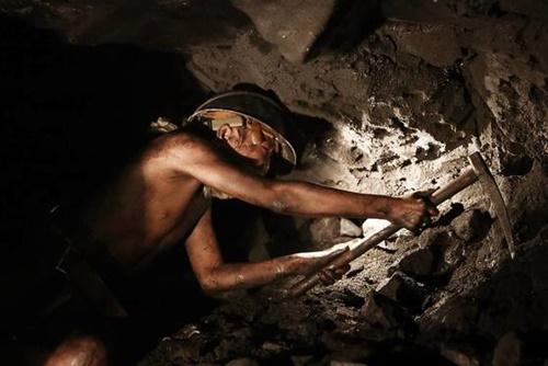 映画『軍艦島』の一場面。強制徴用された朝鮮人が日本端島の海底炭鉱で命をかけた労役をしている。[写真 映画会社]