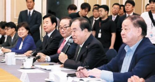 韓国の文喜相国会議長が30日、国会代表団訪日関連の懇談会で祝辞を述べている。与野党5党10人で構成された国会訪日代表団は今日(31日)、1泊2日の日程で日本を訪問する。左から趙培淑(チョ・べスク)・金振杓(キム・ジンピョ)議員、徐清源(ソ・チョンウォン)韓日議会外交フォーラム会長、文議長、姜昌一(カン・チャンイル)韓日議員連盟会長。イム・ヒョンドン記者