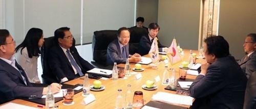北朝鮮人権に関する国際議員連盟(IPCNKR)が主催する会議に出席するためにスペインを訪問した与野党議員が29日(現地時間)、バルセロナで日本側議員らと日本の輸出規制に関連した懇談会を開いている。[写真 自由韓国党のホン・イルピョ議員室提供]