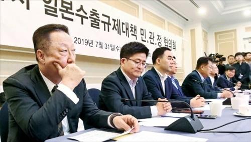 大韓商工会議所の朴容晩会長(左端)が31日に国会で開かれた「日本輸出規制対策民官政協議会」の初会議で深刻な表情で参席者の発言を聞いている。キム・ボムジュン記者