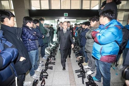 2016年11月23日、ソウル国防部で韓日軍事情報包括保護協定(GSOMIA)に署名するために入場する長嶺安政駐韓日本大使の周囲で写真記者がカメラを下ろし、取材を拒否している。同日、国防部は日本とのGSOMIA取材公開を要求する写真記者らに対し協定を公開できず、国防部側が撮影した協定写真を提供しないと明かした。これに対し写真記者らは非公開を認めないとし、取材拒否を決定した。このようにGSOMIAは締結から議論が伴う協定だった。[中央フォト]