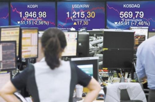 KOSPIとKOSDAQ指数がともに年初来安値を記録した5日午後、ソウルのKEBハナ銀行ディーリングルームで社員が業務を行っている。KOSPIは前取引日より51.15ポイント下落した1946.98を記録し、KOSDAQ指数は45.91ポイント急落した569.79で引けた。ウ・サンジョ記者