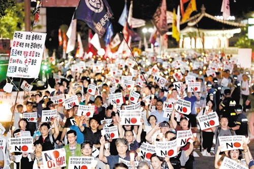 「反安倍」を叫ぶ韓国のろうそくデモ