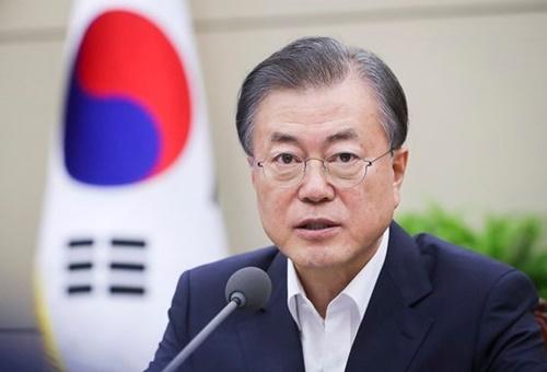 文在寅大統領が5日、青瓦台で首席秘書官・補佐官会議を開いた。文大統領はこの日、日本の経済報復措置で触発した韓日紛争の根本的解決策の一環として、日本経済が優位にある経済規模・内需市場に追いつくために「平和経済」に進むべきだと力説した。[青瓦台提供]