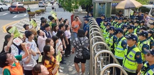 先月22日、釜山東部警察署の前で大学生らが日本領事館でパフォーマンスを行った大学生の釈放を求めて警察と対立している。ソン・ボングン記者