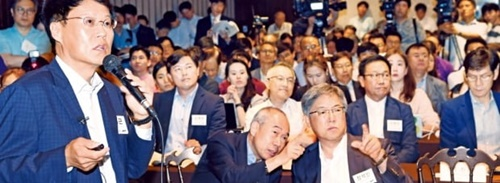 日本の半導体・ディスプレー素材輸出規制の対応策を模索するための韓国科学技術界の緊急討論会が7日、ソウル良才洞のエルタワーで開かれた。朴在勤(パク・ジェグン)韓国半導体ディスプレー技術学会長(漢陽大融合電子工学部教授)がテーマ発表をしている。