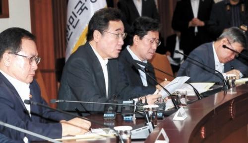 李洛淵(イ・ナギョン)首相(左から2人目)が8日、政府ソウル庁舎で開かれた国政懸案点検調整会議で「(日本が)3大輸出規制品目の一つの極端紫外線(EUV)フォトレジストの韓国輸出を初めて許可した」と確認した。左から兪英民(ユ・ヨンミン)科学技術部長官、李首相、朴良雨(パク・ヤンウ)文化体育部長官。