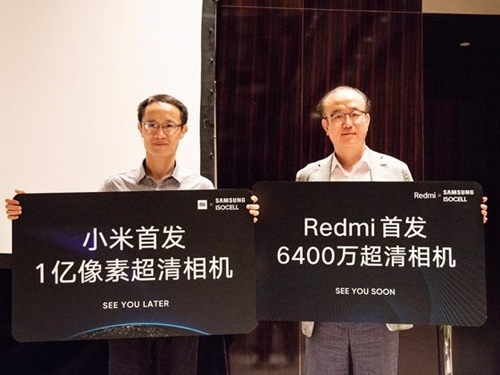 シャオミは7日、中国・北京でサムスン電子と共同記者会見を開き、シャオミの主力スマートフォン「紅米」シリーズにサムスンの6400万画素の新型画像センサーを搭載することを発表した。シャオミの共同創業者である林斌総裁(写真左)とサムスン電子システムLSI事業部の李済碩常務が記念撮影をしている。シン・ギョンジン記者