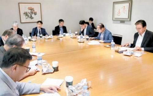 「韓日ビジョンフォーラム」に出席した専門家が7日、討論している。右から洪錫ヒョン(ホン・ソクヒョン)韓半島平和構築理事長、魏聖洛(ウィ・ソンラク)元駐露大使、金星坤(キム・ソンゴン)元国会事務総長、金銅烈(キム・ドンヨル)中小企業研究院長、李地平(イ・ジピョン)LG経済研究院常勤諮問委員、金顕哲(キム・ヒョンチョル)元青瓦台経済補佐官。