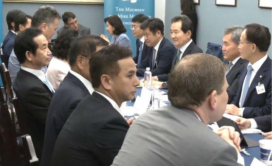 先月26日にワシントンで開かれた韓日米議員会議で固い表情で座る自民党の山本幸三衆議院議員(左)と向かい合う丁世均前国会議長(右上)。丁元議長は「日本との水面下での接触で当面の成果はなかったが議員間の会合は続くだろう」と話した。チョン・ヒョシク記者