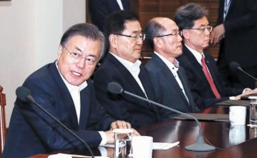 文在寅(ムン・ジェイン)大統領(左)が12日、青瓦台で首席秘書官・補佐官会議を開き、冒頭発言をしている。[青瓦台写真記者団]