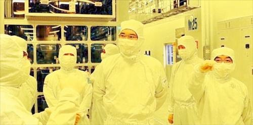 サムスン電子の李在鎔副会長(中央)が6日にサムスン電子の天安事業所を訪問した。李副会長はこの日金奇南DS部門副会長、ペク・ホンジュTSP総括副社長らとともに半導体パッケージングラインを視察し、日本の経済報復対応案を模索した。[写真 サムスン電子]