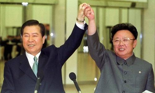 2000年6月15日、故金大中(キム・デジュン)大統領と金正日(キム・ジョンイル)総書記が首脳会談の後、出席者の拍手に応えている。[中央フォト]